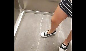 Hermana sin calzones en el elevador del centro comercial