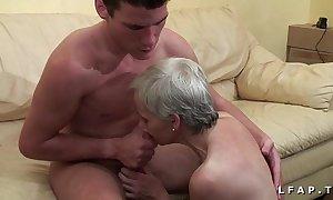 Mamy unethical veut du sperme chaud de jeunot herd young gentleman casting porno
