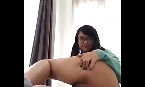 Chica china de sueter azul.