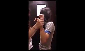 Mi esposa y mi hermana follan en el ba&ntilde_o p&uacute_blico - VIDEO COMPLETO &rarr_ http://j.gs/AsKF