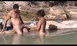 Filmou amigos fudendo na lagoa