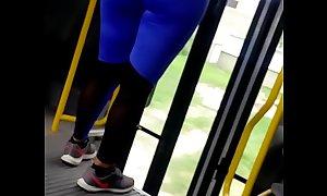 Tremendo culo de esta encalzada de azul public bus