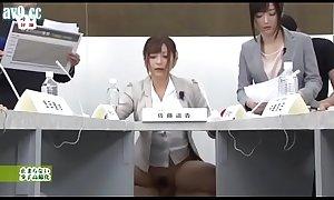 Satou Haruki y Hibiki Otsuki moderan la tertulia económica